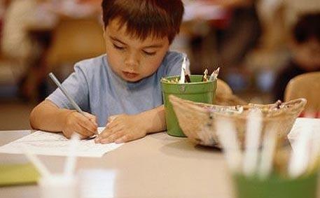 niño de 3 años empezando a escribir