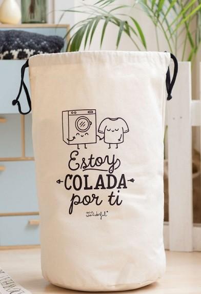 cesta para la ropa sucia en el cuarto del niño
