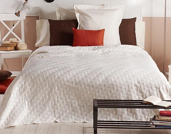 colcha de pique para cubrir una cama en verano
