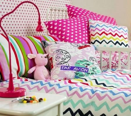 decorar una cama con cojines juveniles