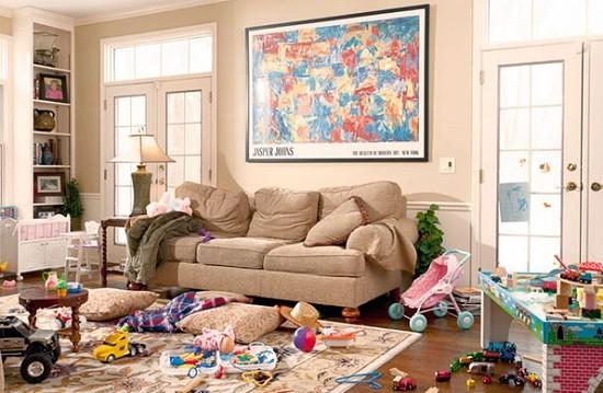 juguetes desordenados por la casa