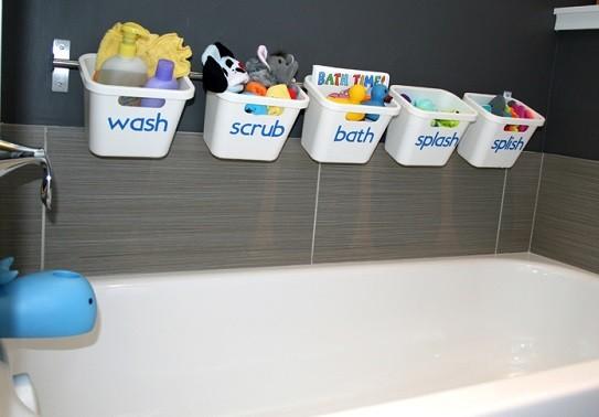 ordenar juguetes en el baño