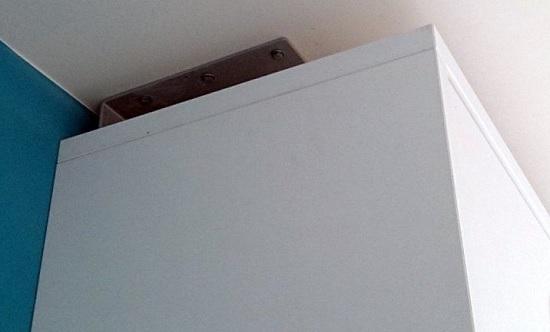 sistema de fijacion en techo para mobiliario abatible