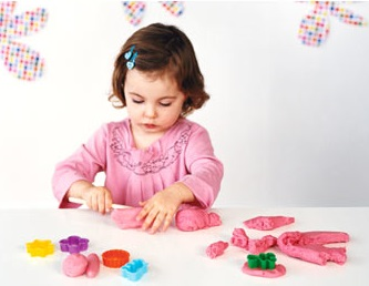 nena jugando con plastilina play doh