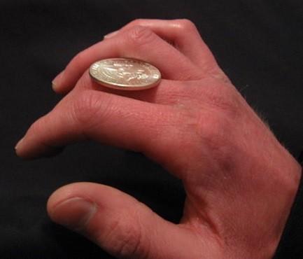 pasar moneda entre los dedos de mano
