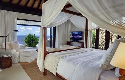 dormitorio colonial con dosel en cama