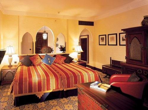 dormitorio grande con estilo arabigo