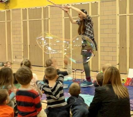 talleres sensoriales en colegio con burbujas o pompas de jabon