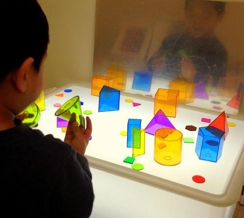mesa de luz montessori para ninos