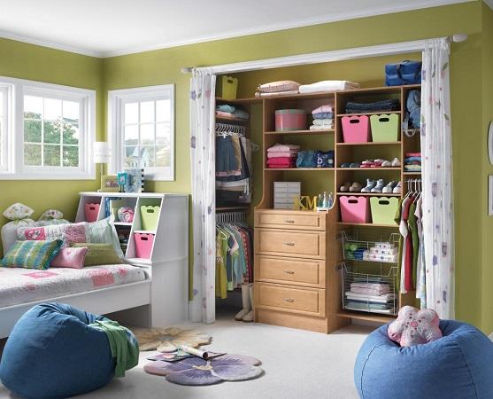 armario encajado en pared sin puertas