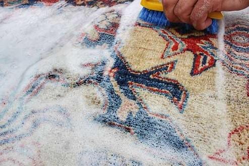 limpiar alfombra a mano con agua