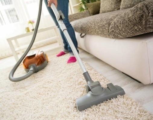 limpiar alfombra con aspiradora